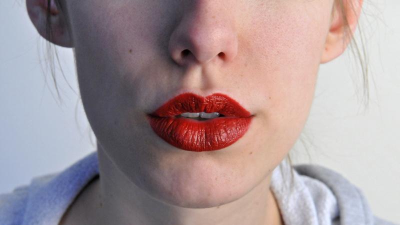 Schönheit, Pflege, Schminken, Lippenstift: Frau mit knallroten Lippen