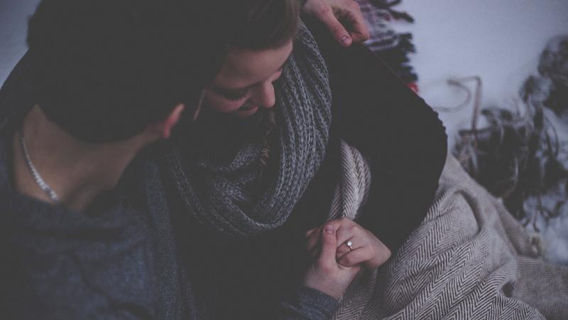 Fehlgeburt: Mann tröstet seine Partnerin.
