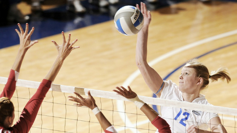 Naturheilkunde, Schüssler Salze, Sport: Volleyballspielerin schlägt Ball übers Netz.