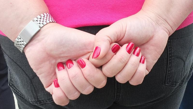 Nervosität, Spannung, Anspannung, Angst: Hände einer Frau, die Finger ineinander verschlungen
