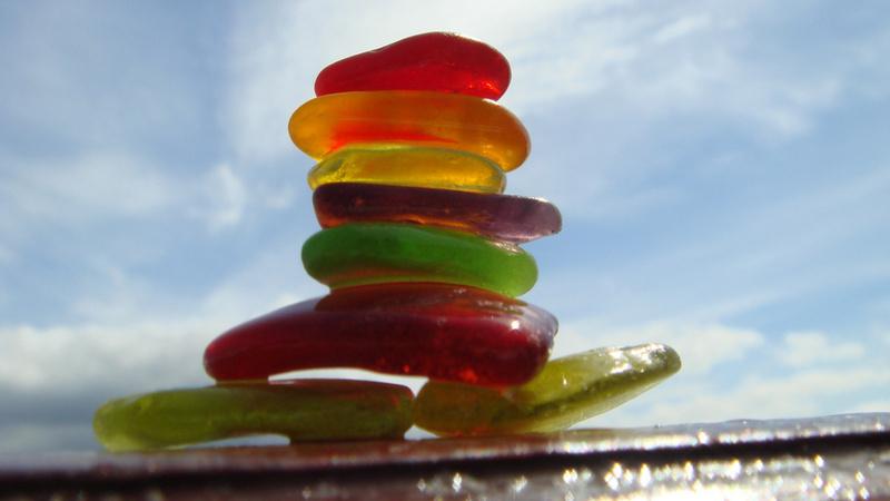 Ernährung, Säure-Basen, Gleichgewicht: regenborgenfarbige flache Steine aufeinandergestapelt