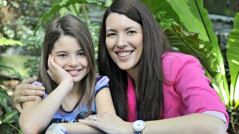Pubertät, Entwicklung, Teenager: Eine Mutter hält ihre pubertierende Tochter im Arm.