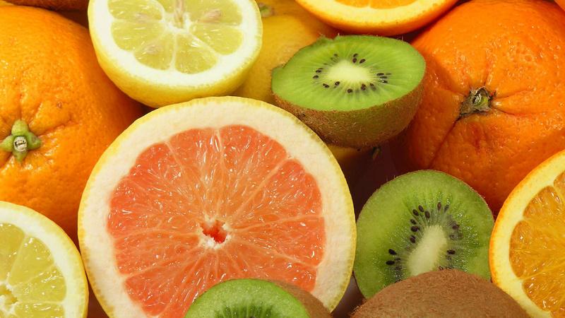 Gesundheitsvorsorge, Immunsystem, Abwehrkräfte: aufgeschnittene Orangen, Kiwis und Zitronen
