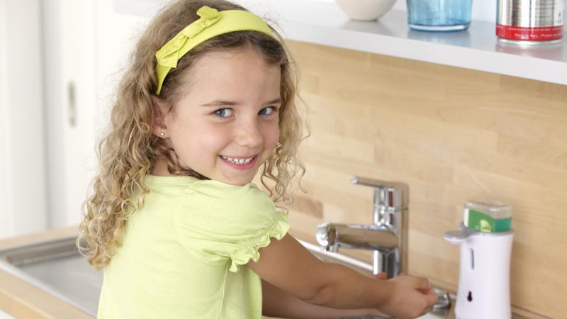 Hygiene, Händewaschen, Sauberkeit: Ein Mädchen wäscht sich die Hände am Waschbecken