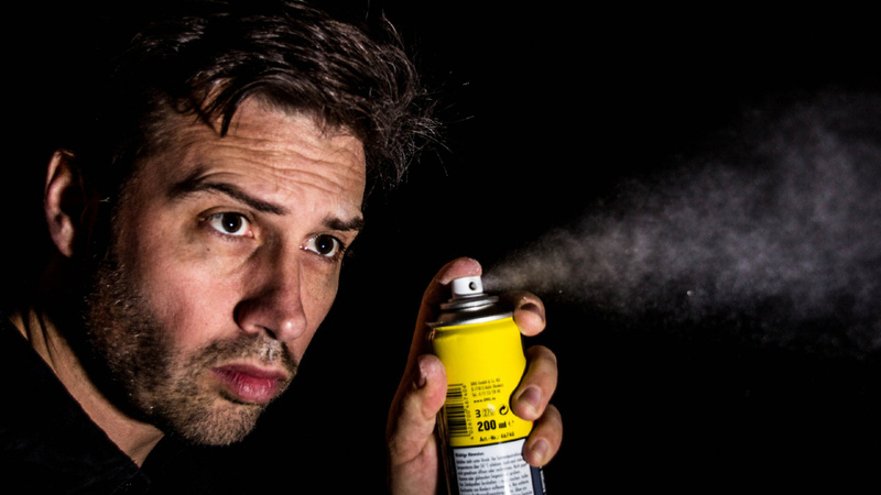 Haushaltschädlinge, Insekten, Insektenspray: Mann hält eine Spraydose in der Hand und sprayt