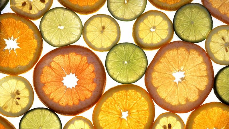 Alimentation vitamines sources présentation: des rondelles de citrons, d'oranges et de limes