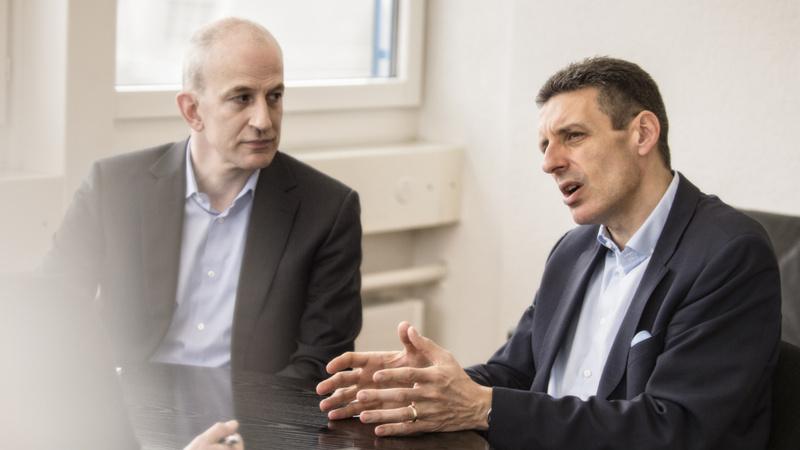 Gesundheitskosten, Fachhandel, Drogerie: Fabian Vaucher, Präsident des Apothekerverbandes (links) und Martin Bangerter, Präsident des Drogistenverbandes, im Gespräch.