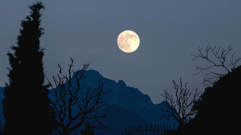 Psychologie, Mond: Vollmond vor der Silhouette der Berge
