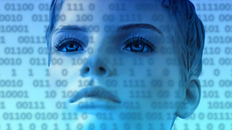 Psychologie, Konzentration, Denken: Künstlich wirkendes Gesicht einer Frau, über dem ganzen Bild liegt ein binärer Code, das Bild ist in blautönen gehalten