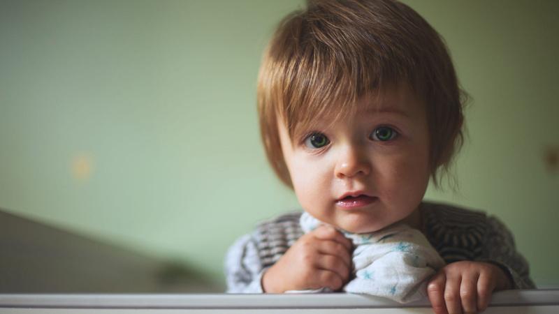 Husten; Erkältung; Kinder: Kleinkind mit Nuschituch.