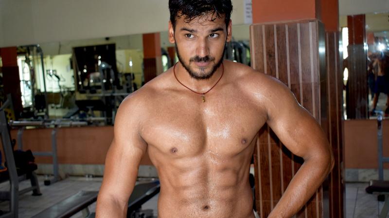 Schönheit, Körperpflege, Schwitzen: Junger muskulöser Mann ist ganz verschwitzt nach dem Krafttraining
