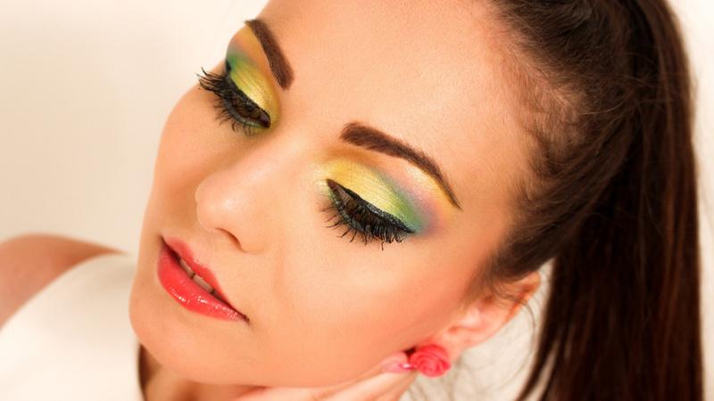 Schönheit, Pflege, Schminken, Make-up: Junge Frau mit übermässig stark geschminkten Augen