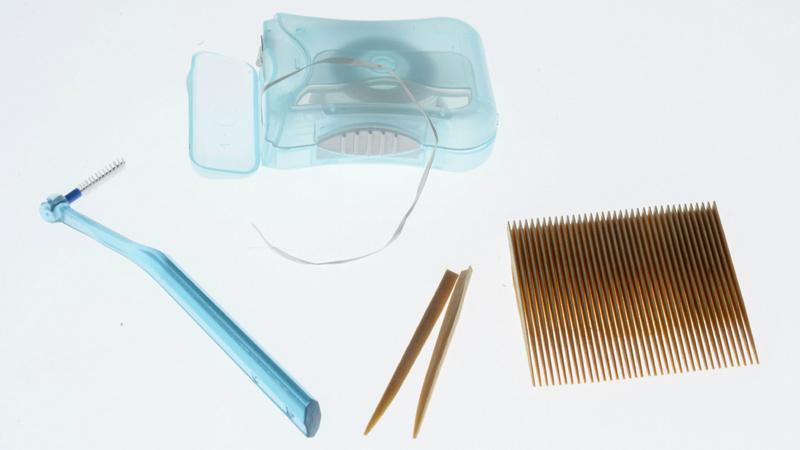 Zähne, Zahnzwischenräume, Interdentalpflege: Interdentalbürste, Zahnseide, Zahnhölzer
