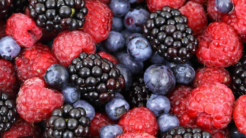 Ernährung, Früchte, Beeren: Himbeeren, Brombeeren und Heidelbeeren auf einem Haufen