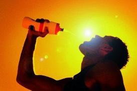 Sportler sollten während dem Training etwa 0,8 Liter pro Stunde trinken.