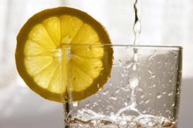 Viel Wasser trinken hilft gegen Kopfweh.